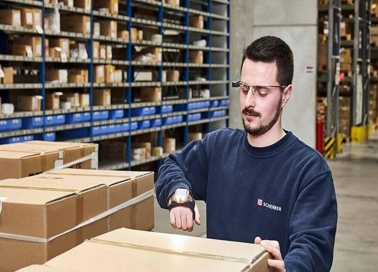 DB Schenker marca tendencia en eficiencia logísticas con sus gafas inteligentes